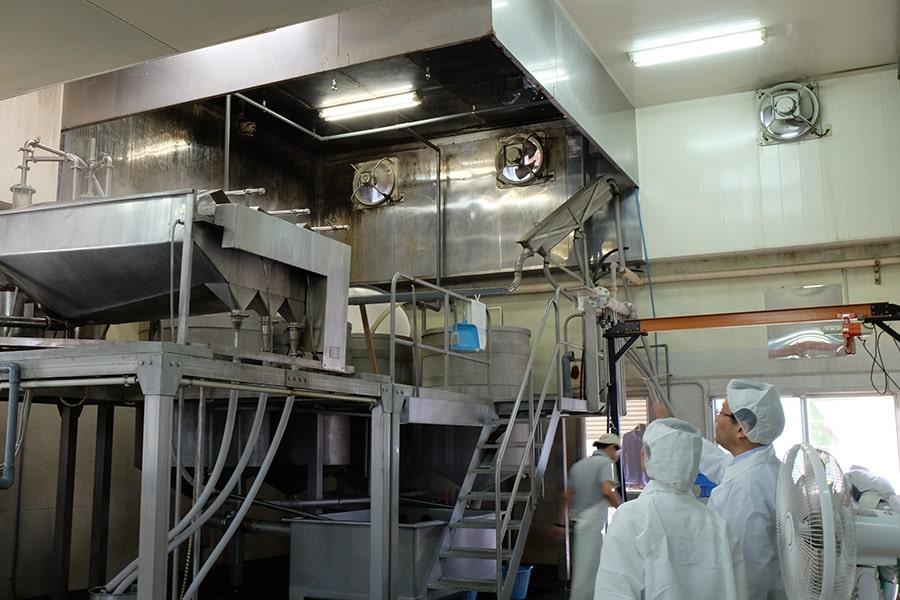 こちらは小豆を茹でる機械。毎日1トンの小豆がここで茹でられるんですって。