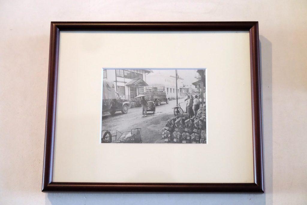 壁には勝沼ワインの歴史が窺い知れる写真や展示物が。