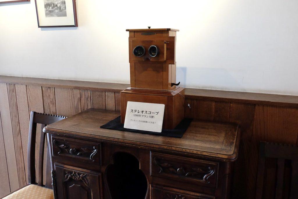 ステレオスコープなるものも展示されています。 写真が立体的に見える装置です。1900年フランス製のアンティーク。