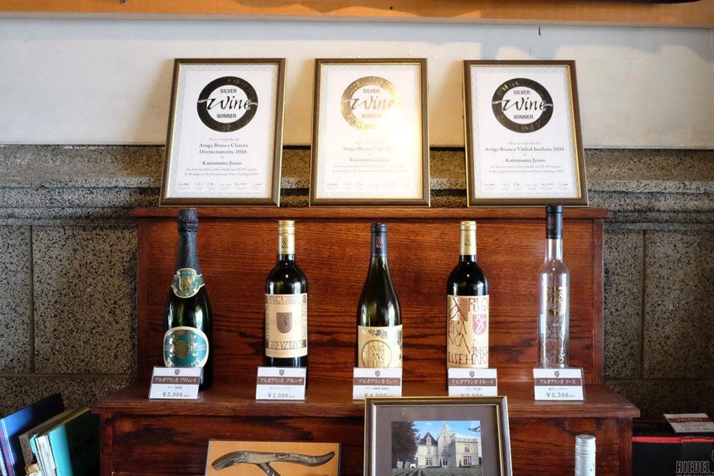 勝沼醸造さんのワイン「アルガブランカ」。 素敵なラベルデザインも勝沼醸造さんの特徴。