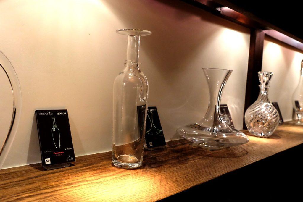 ワイングラスの老舗、リーデル社のワイングラスやデキャンタなどが展示されています。