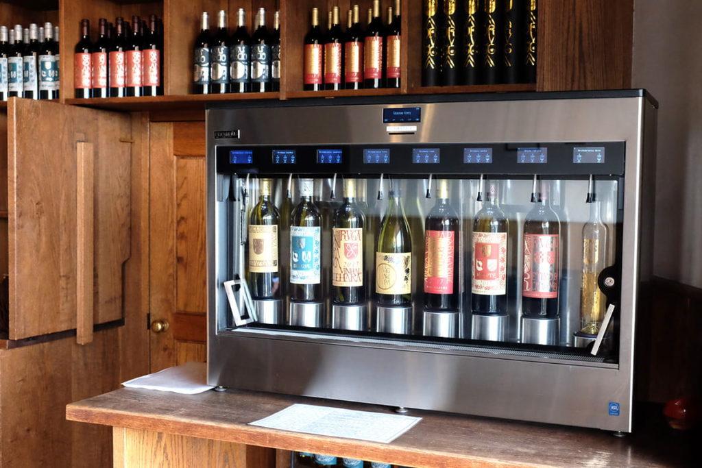 常時8種類のワインが用意されているサーバー。