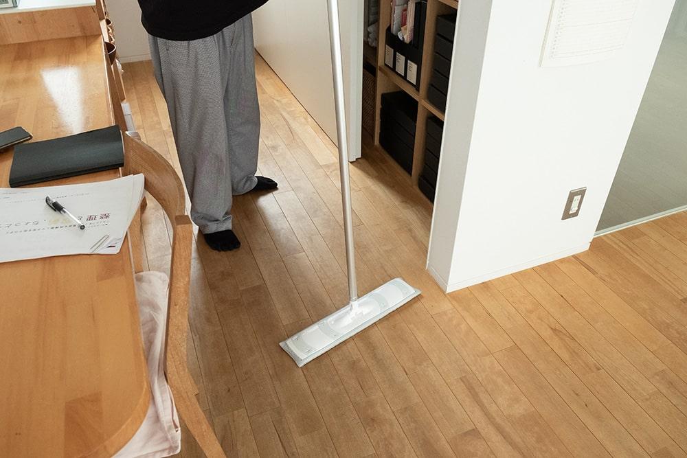 tiimo(ちいも)さんオススメのお掃除アイテムがこれ。業務用の大きなフローリングモップ。お掃除がすっごく簡単になるそうです!