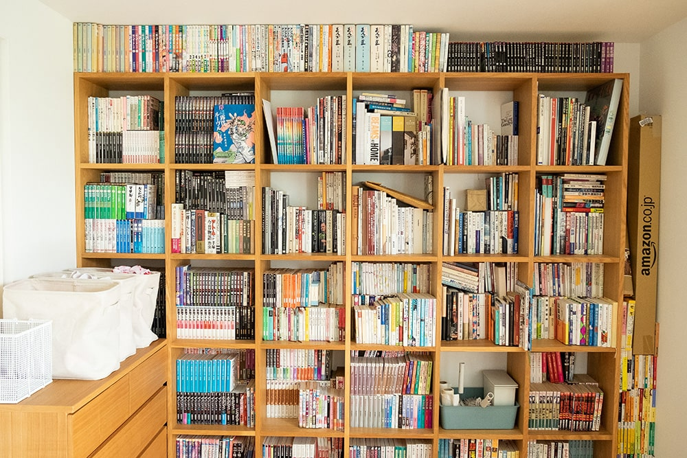 よく読む本は取りやすい中段へ。たまに読む本は下段。ほとんど読まなけど捨てられない優先順位の低い本は上の段に収納されています。