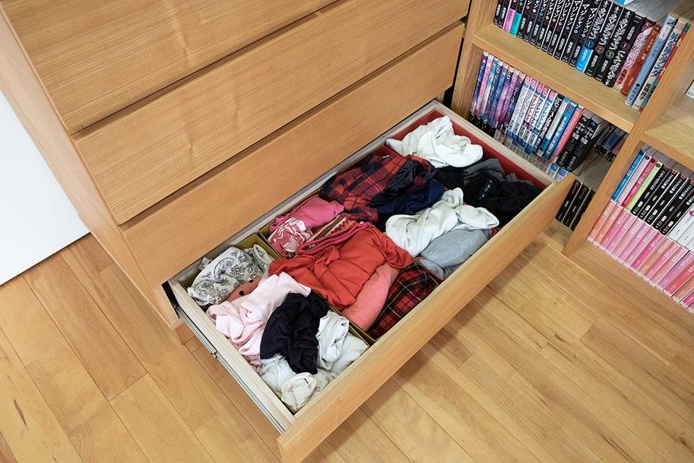 一番上の段は今の季節使うお洋服だけ。下の段には使用頻度の低いものや今の季節は使わないお洋服を収納しています。