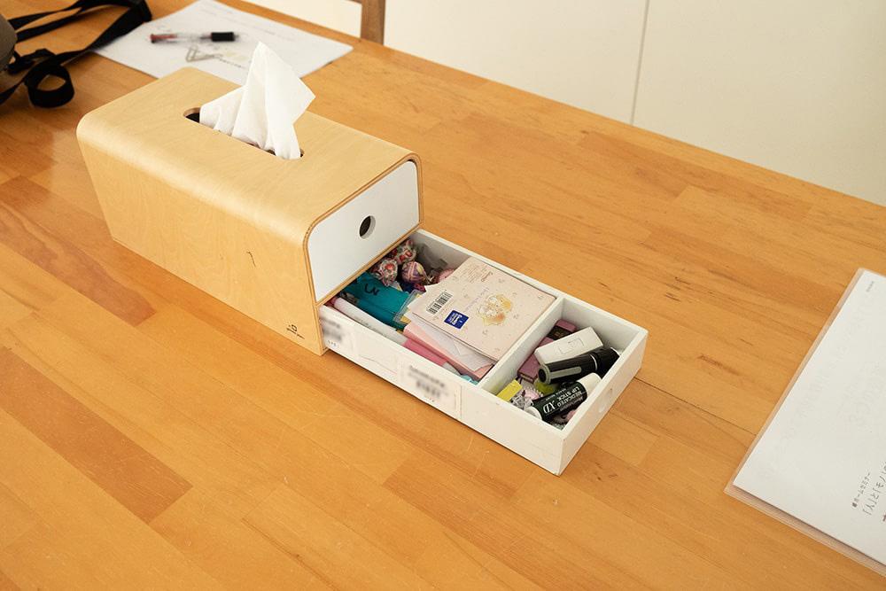 こちらはダイニングテーブルに置かれたティッシュボックス兼収納箱。