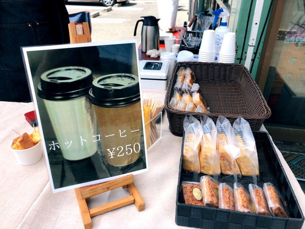 丁寧にローストされた厳選アラビカコーヒー豆だけを使用した老舗コーヒーショップの香り高いコーヒーを、グディーズナカヤの店頭で気軽にテイクアウトできます。