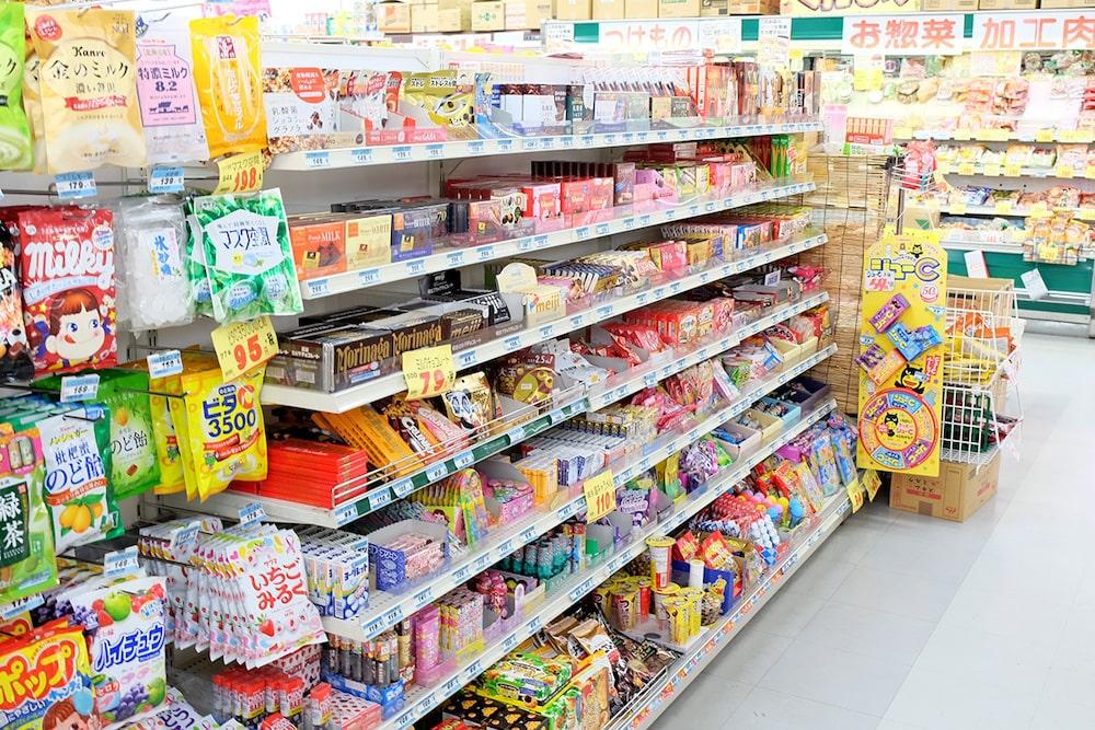 どうやら子どもたちに人気の、お菓子のコーナーですね。ここなら確かにお手頃価格がそろっています。