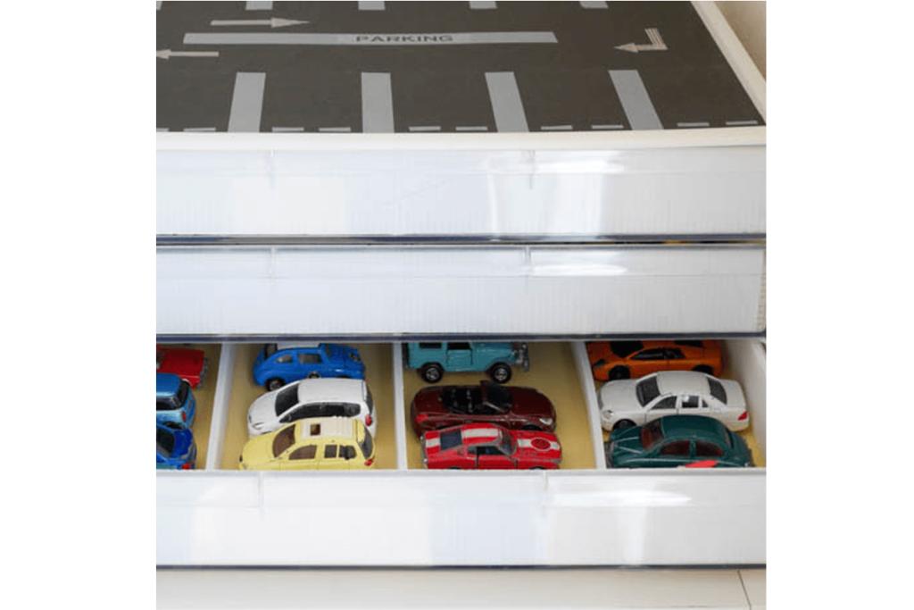 男の子が大好きなミニカーは、底の浅い書類ケースに並べましょう。仕切りをつけて1台ずつ整列するようにすれば、コレクション欲も満たされそうです!