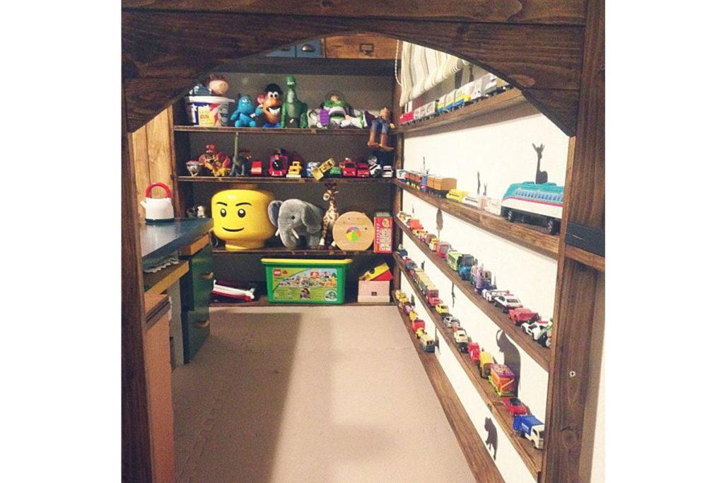 これは感動!壁に板を貼って、奥行きの浅い棚におもちゃを並べています。